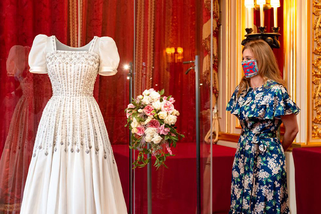 https://whereandwhenlondon.com/wp-content/uploads/2020/09/HRH-Princess-Beatrice-of-York's-wedding-dress-goes-on-display-at-Windsor-Castle_ReferenceImage_m7114-web.jpg